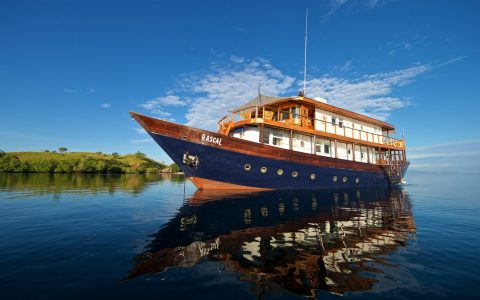 luxury yachts 5 Of The Most Luxury Yachts for Charter in South-East Asia 7 shangri la hotel WBHTLPAR0517 480x300