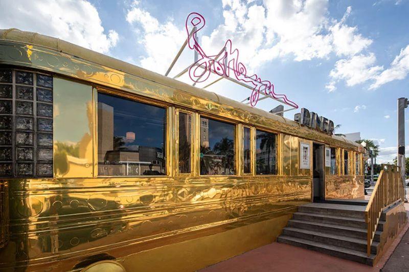 Bottega Veneta Opens A Classic Miami Diner in Gold bottega veneta Bottega Veneta Opens A Classic Miami Diner In Gold Imagem1 5
