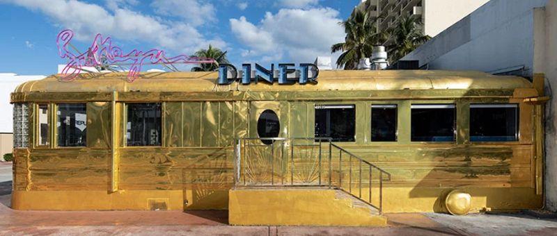 Bottega Veneta Opens A Classic Miami Diner in Gold bottega veneta Bottega Veneta Opens A Classic Miami Diner In Gold Imagem2 3