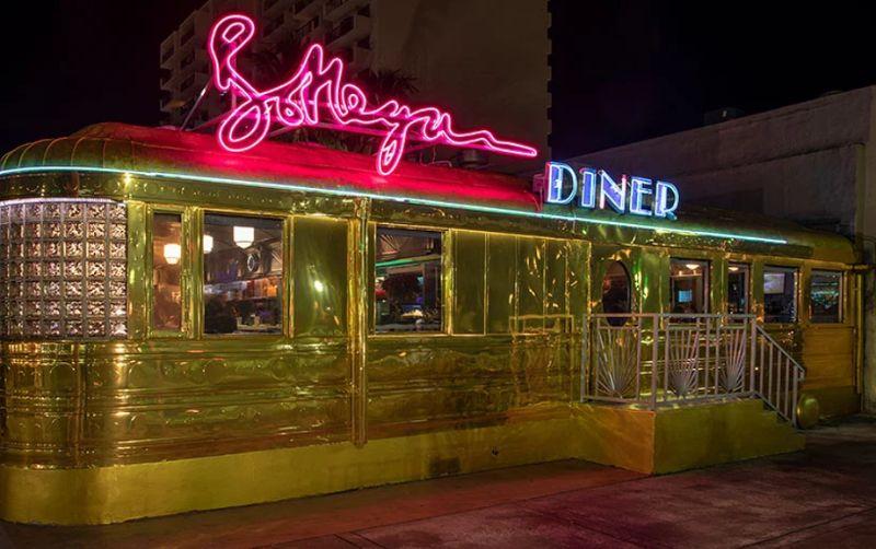 Bottega Veneta Opens A Classic Miami Diner in Gold bottega veneta Bottega Veneta Opens A Classic Miami Diner In Gold Imagem5 5