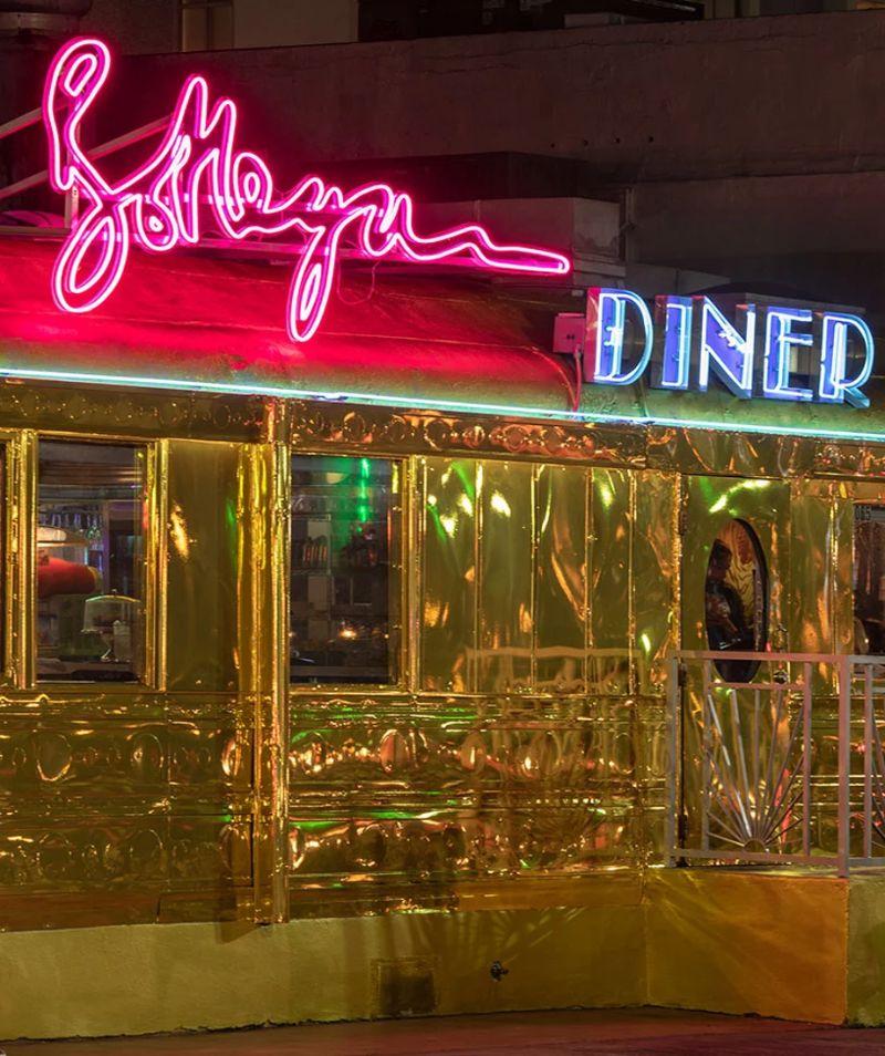 Bottega Veneta Opens A Classic Miami Diner in Gold bottega veneta Bottega Veneta Opens A Classic Miami Diner In Gold Imagem6 4