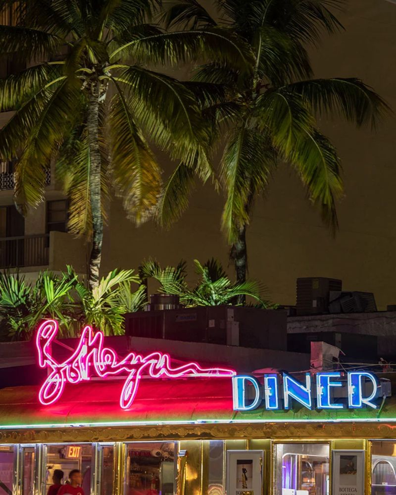 Bottega Veneta Opens A Classic Miami Diner in Gold bottega veneta Bottega Veneta Opens A Classic Miami Diner In Gold Imagem7 4